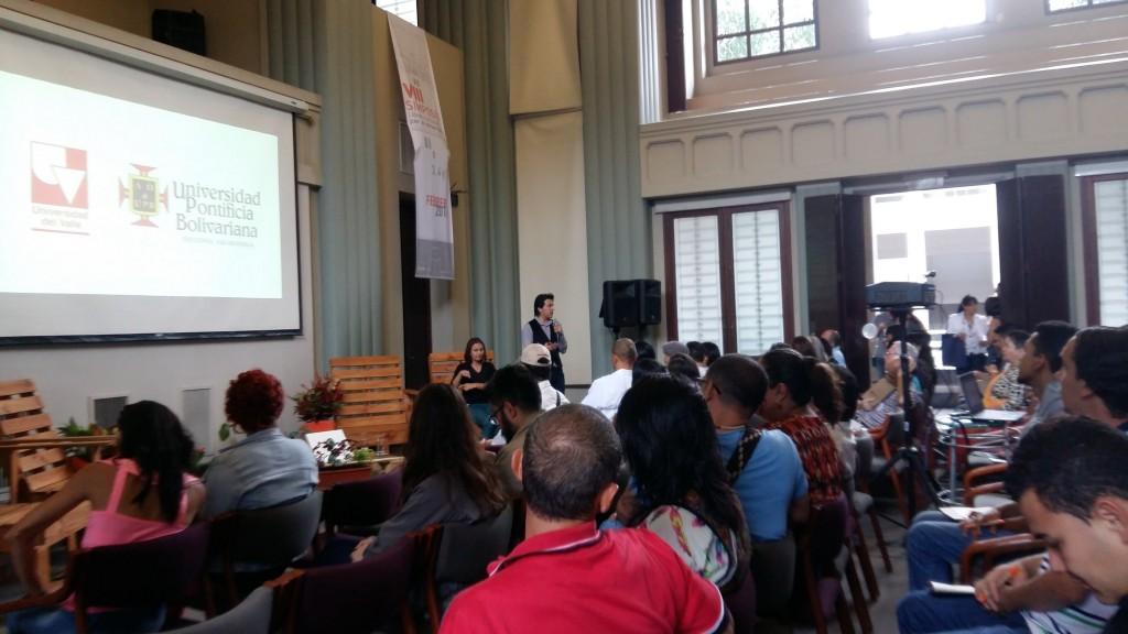 Durante la presentación del grupo, mencionando el trabajo realizado en la Universidad del Valle y la Universidad Pontificia Bolivariana Seccional Bucaramanga.